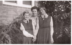 1960 Astrid And Thea With Their Mother Lien